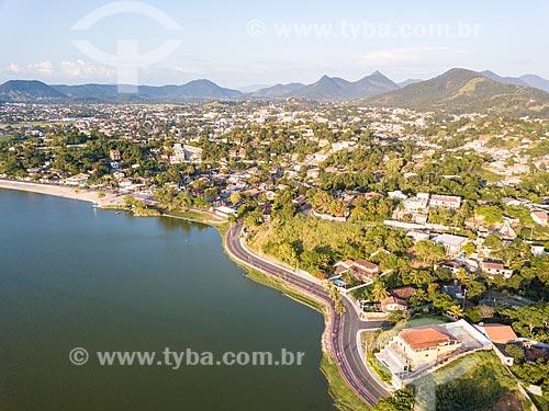 Foto feita com drone da Rua Álvares de Castro na orla da Lagoa de Araçatiba  - Maricá - Rio de Janeiro (RJ) - Brasil