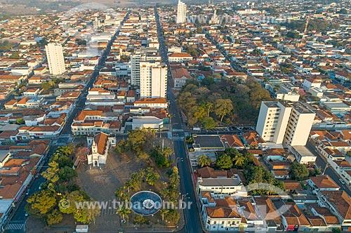 Foto feita com drone do Santuário de Nossa Senhora Aparecida com a Praça Doutor Horácio Ramalho à direita  - Taquaritinga - São Paulo (SP) - Brasil