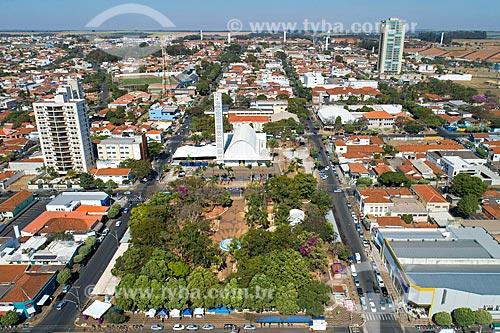 Foto feita com drone da Igreja Matriz Senhor Bom Jesus com a Praça Doutor Leônidas Calígola Bastia - também conhecida como Praça da Matriz  - Matão - São Paulo (SP) - Brasil