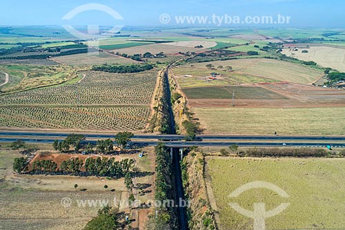 Foto feita com drone da Rodovia Nemésio Cadetti (SP-333) sobre a linha ferroviária de carga na zona rural da cidade de Taquaritinga  - Taquaritinga - São Paulo (SP) - Brasil