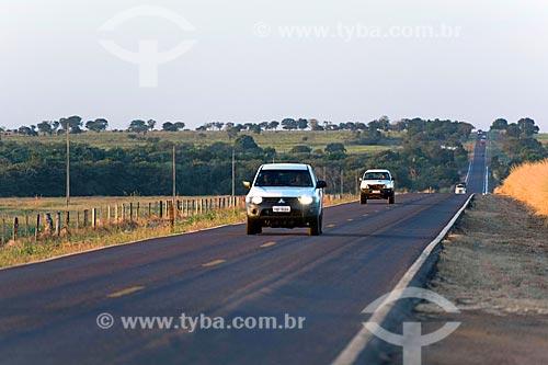 Tráfego na Rodovia BR-158 com faróis acesos durante o dia  - Água Boa - Mato Grosso (MT) - Brasil