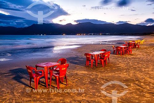 Mesas de bar na orla da Praia do Pântano do Sul durante o pôr do sol  - Florianópolis - Santa Catarina (SC) - Brasil
