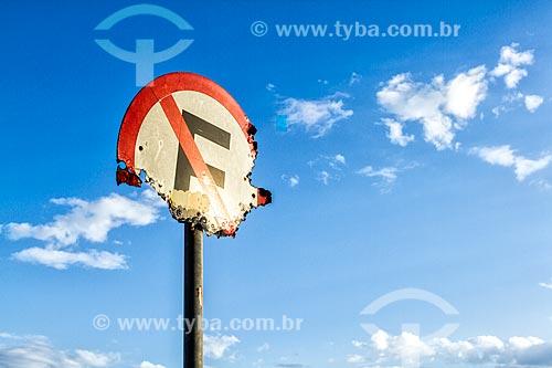 Detalhe de placa de trânsito indicando proibido estacionar enferrujada  - Florianópolis - Santa Catarina (SC) - Brasil