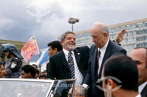 Presidente Luiz Inácio Lula da Silva e o vice-presidente José Alencar desfilando em carro aberto durante a cerimônia de posse presidencial  - Brasília - Distrito Federal (DF) - Brasil
