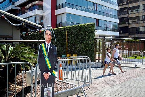 Display fotográfico de Jair Bolsonaro em tamanho real em frente ao Condomínio Vivendas da Barra - onde ele mora  - Rio de Janeiro - Rio de Janeiro (RJ) - Brasil