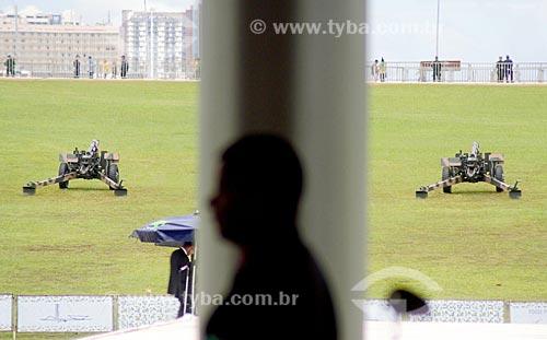 Canhões da Bateria Histórica Caiena do Exército Brasileiro em frente ao Congresso Nacional para a salva de 21 tiros durante a cerimônia de posse presidencial de Jair Bolsonaro  - Brasília - Distrito Federal (DF) - Brasil