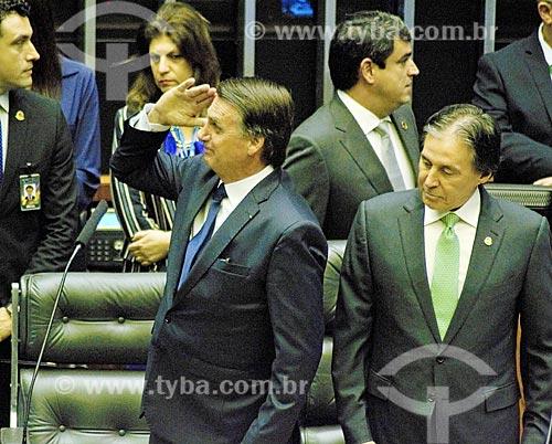 Presidente Jair Bolsonaro prestando continência ao lado do Senador Eunício Oliveira - presidente do Senado Federal - no plenário da Câmara dos Deputados durante a cerimônia de posse presidencial  - Brasília - Distrito Federal (DF) - Brasil