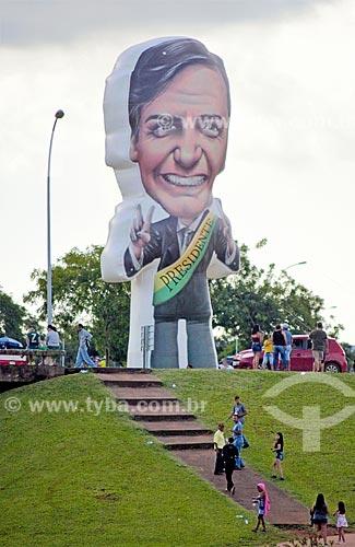 Boneco inflável gigante de Jair Bolsonaro em manifestação a favor da cerimônia de posse presidencial  - Brasília - Distrito Federal (DF) - Brasil