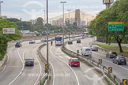 Tráfego na pista norte da Marginal Tietê - Via Professor Simão Faiguenboim - com a Ponte Governador Orestes Quércia (2011) ao fundo  - São Paulo - São Paulo (SP) - Brasil