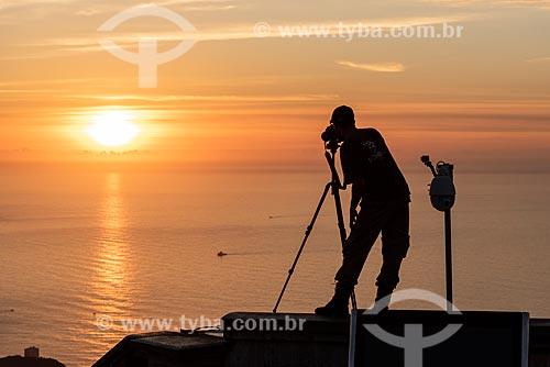Vista de silhueta de fotógrafo no mirante do Cristo Redentor durante o amanhecer  - Rio de Janeiro - Rio de Janeiro (RJ) - Brasil