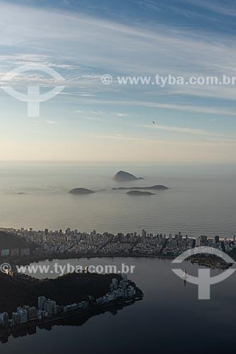 Vista da Lagoa Rodrigo de Freitas, bairro de Ipanema e o Monumento Natural das Ilhas Cagarras ao fundo a partir do mirante do Cristo Redentor durante o amanhecer  - Rio de Janeiro - Rio de Janeiro (RJ) - Brasil