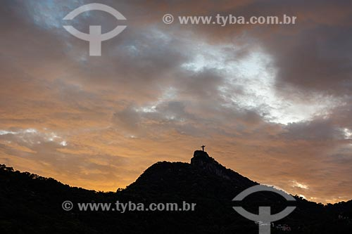 Vista do Cristo Redentor a partir do bairro do Cosme Velho durante o pôr do sol  - Rio de Janeiro - Rio de Janeiro (RJ) - Brasil