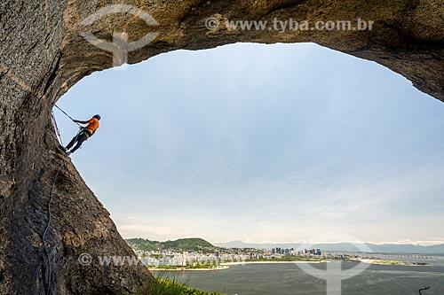 Praticante de slackline montando a fita na íbis do Pão de Açúcar - cavidade na pedra do Pão de Açúcar que forma a silhueta de um pássaro  - Rio de Janeiro - Rio de Janeiro (RJ) - Brasil