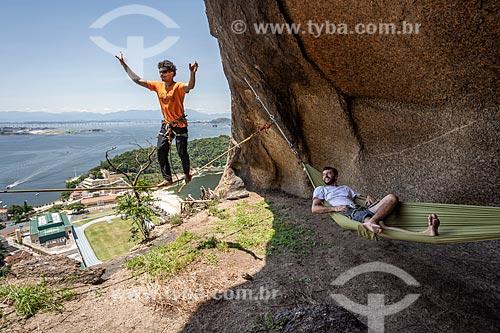 Praticantes de slackline na íbis do Pão de Açúcar - cavidade na pedra do Pão de Açúcar que forma a silhueta de um pássaro  - Rio de Janeiro - Rio de Janeiro (RJ) - Brasil