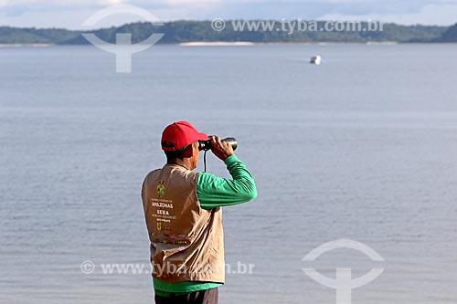 Agente ambiental da Secretaria do Meio Ambiente durante fiscalização no Rio Uatumã  - Amazonas (AM) - Brasil