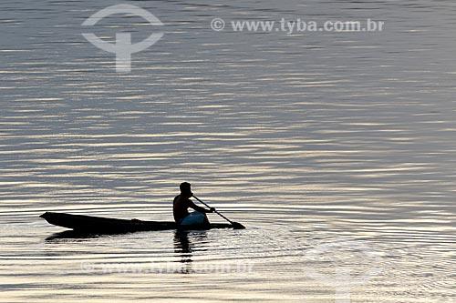 Silhueta de ribeirinho navegando no Rio Uatumã durante o pôr do sol  - Amazonas (AM) - Brasil