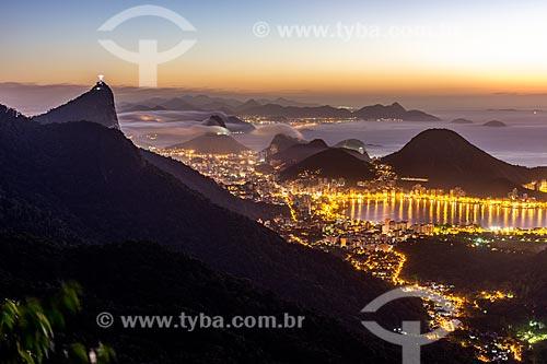 Vista do Cristo Redentor - à esquerda - com a Lagoa Rodrigo de Freitas a partir da Pedra da Proa durante o amanhecer  - Rio de Janeiro - Rio de Janeiro (RJ) - Brasil