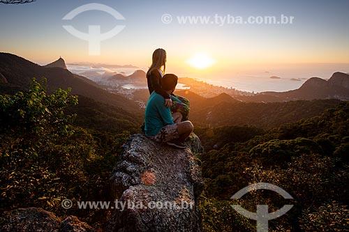 Casal observando a vista na Pedra da Proa durante o amanhecer  - Rio de Janeiro - Rio de Janeiro (RJ) - Brasil