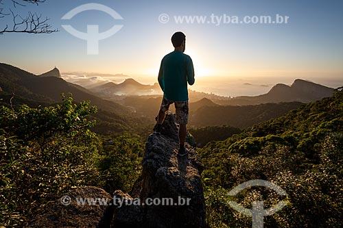 Homem observando a vista na Pedra da Proa durante o amanhecer  - Rio de Janeiro - Rio de Janeiro (RJ) - Brasil