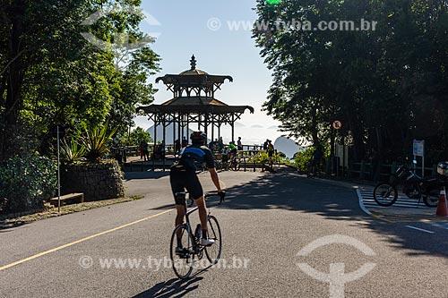 Ciclista na Estrada da Vista Chinesa com o Mirante da Vista Chinesa ao fundo  - Rio de Janeiro - Rio de Janeiro (RJ) - Brasil