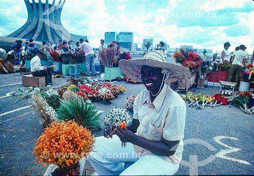 Vendedores ambulantes de flores durante missa campal na Catedral Metropolitana de Nossa Senhora Aparecida - também conhecida como Catedral de Brasília  - Brasília - Distrito Federal (DF) - Brasil