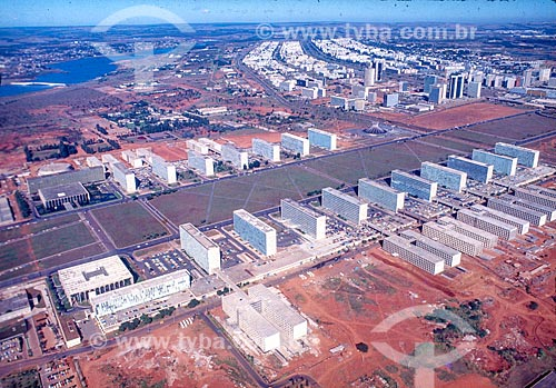 Foto aérea da Esplanada dos Ministérios durante a construção de Brasília  - Brasília - Distrito Federal (DF) - Brasil