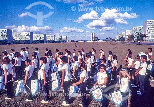 Banda marcial desfilando na Esplanada dos Ministérios com o Congresso Nacional ao fundo  - Brasília - Distrito Federal (DF) - Brasil