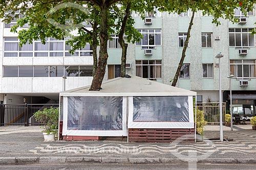 Quiosque com teto vazado para passagem do tronco das árvores na Avenida Atlântica  - Rio de Janeiro - Rio de Janeiro (RJ) - Brasil