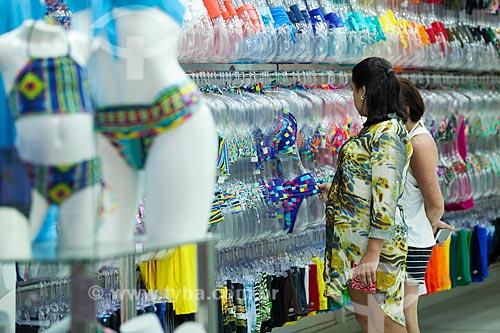 Mulher observando biquíni em loja na Rua dos Biquínis  - Cabo Frio - Rio de Janeiro (RJ) - Brasil