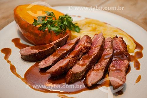 Detalhe de prato de carne com molho de manga  - Armação dos Búzios - Rio de Janeiro (RJ) - Brasil