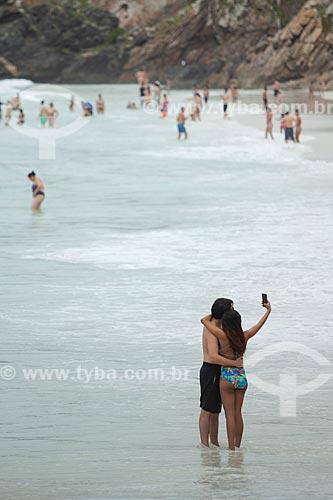 Casal fazendo uma selfie na orla da Prainha do Pontal do Atalaia  - Arraial do Cabo - Rio de Janeiro (RJ) - Brasil