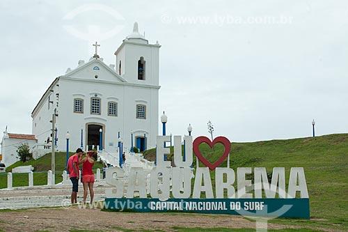Letreiro com os dizeres: Eu Amo Saquarema com a Igreja Nossa Senhora de Nazareth (1837) ao fundo  - Saquarema - Rio de Janeiro (RJ) - Brasil