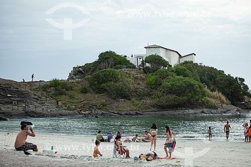 Banhistas na Praia do Forte com o Forte de São Matheus (1617) ao fundo  - Cabo Frio - Rio de Janeiro (RJ) - Brasil