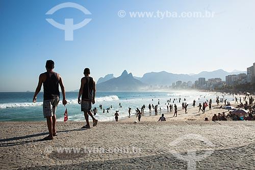 Banhistas na Praia do Arpoador com o Morro Dois Irmãos e a Pedra da Gávea ao fundo  - Rio de Janeiro - Rio de Janeiro (RJ) - Brasil