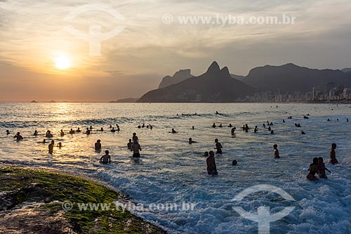 Banhistas na Praia do Arpoador durante o pôr do sol  - Rio de Janeiro - Rio de Janeiro (RJ) - Brasil