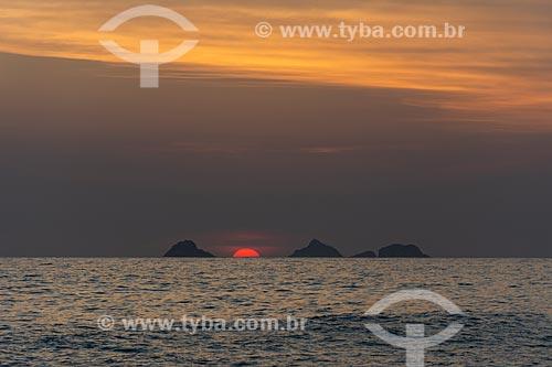 Vista do pôr do sol nas Ilhas Tijucas a partir da Praia do Arpoador  - Rio de Janeiro - Rio de Janeiro (RJ) - Brasil