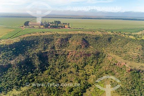 Foto feita com drone de armazém de fazenda em formação de arenito com vegetação típica do cerrado próximo à Rodovia GO-220  - Jataí - Goiás (GO) - Brasil