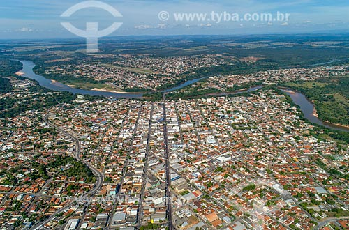 Foto feita com drone da cidade de Barra do Garças com a ponte na Rodovia BR-070 e as cidades de Pontal do Araguaia e Aragarças ao fundo - divisa natural entre Mato Grosso e Goiás  - Barra do Garças - Mato Grosso (MT) - Brasil