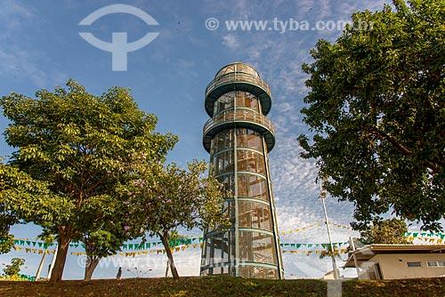 Torre turística em formato de farol às margens do  Rio Paranaíba  - Itumbiara - Goiás (GO) - Brasil
