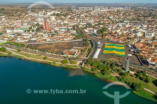 Foto feita com drone da cidade de Itumbiara com o Rio Paranaíba e a Praça Capim de Ouro - à direita - decorada com bandeirinhas durante a Copa do Mundo 2018 - divisa natural entre Goiás e Minas Gerais  - Itumbiara - Goiás (GO) - Brasil