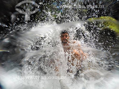 Homem fazendo uma selfie durante o banho em cachoeira da Área de Proteção Ambiental da Serrinha do Alambari  - Resende - Rio de Janeiro (RJ) - Brasil