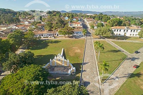 Foto feita com drone do Chafariz de Calda (1778) na Praça Doutor Brasil Caiado - também conhecida como Praça do Chafariz - com o Museu das Bandeiras (1766) - antiga Cadeia e Câmara Municipal - ao fundo  - Goiás - Goiás (GO) - Brasil
