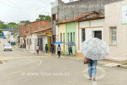 Pessoas protegendo-se do sol com sombrinha  - Divina Pastora - Sergipe (SE) - Brasil