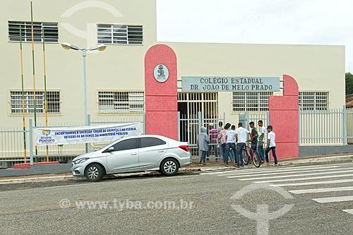 Alunos chegando ao Colégio Estadual Doutor João de Melo Prado  - Divina Pastora - Sergipe (SE) - Brasil