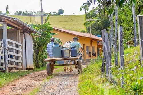 Pequenos pecuaristas levam leite em carroça na zona rural da cidade de Guarani  - Guarani - Minas Gerais (MG) - Brasil