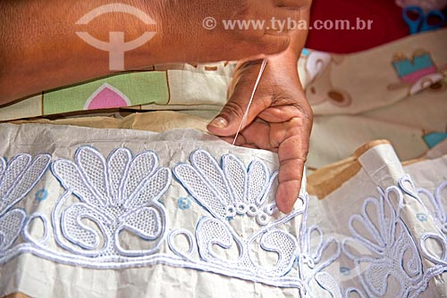Detalhe de rendeira produzindo Renda irlandesa  - Divina Pastora - Sergipe (SE) - Brasil