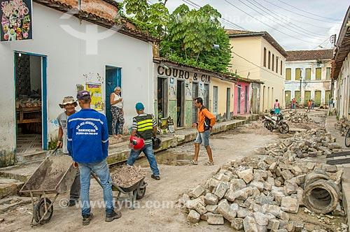 Funcionários assentando paralelepípedos em rua do centro histórico da cidade de Laranjeiras  - Laranjeiras - Sergipe (SE) - Brasil