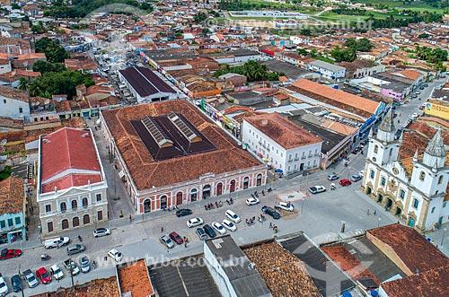 Foto feita com drone do centro histórico da cidade de Penedo com o Mercado Municipal e a Igreja de São Gonçalo Garcia dos Homens Pardos (1759) à direita  - Penedo - Alagoas (AL) - Brasil