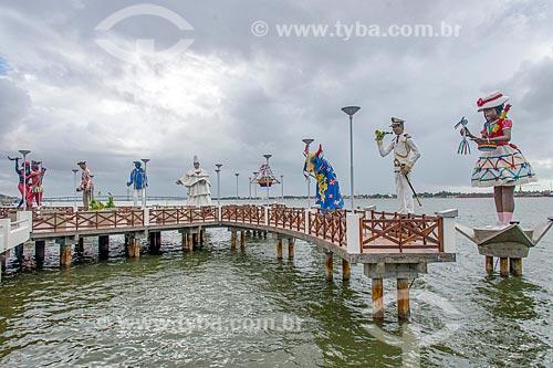 Largo da Gente Sergipana às margens do Rio Sergipe - esculturas que representam o personagens folclóricos sergipanos  - Aracaju - Sergipe (SE) - Brasil