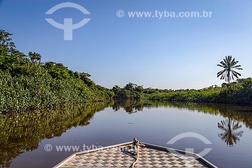Barco navegando no Rio Macacu - Área de Proteção Ambiental de Guapi-Mirim  - Guapimirim - Rio de Janeiro (RJ) - Brasil